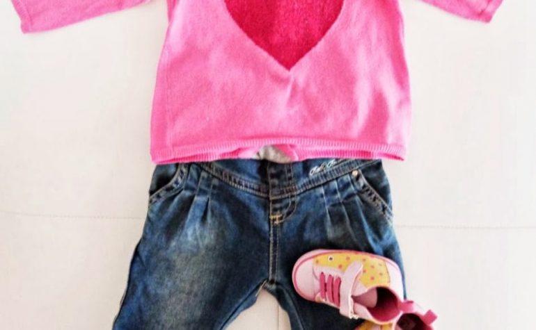 Casual look: jeans e maglioncino love