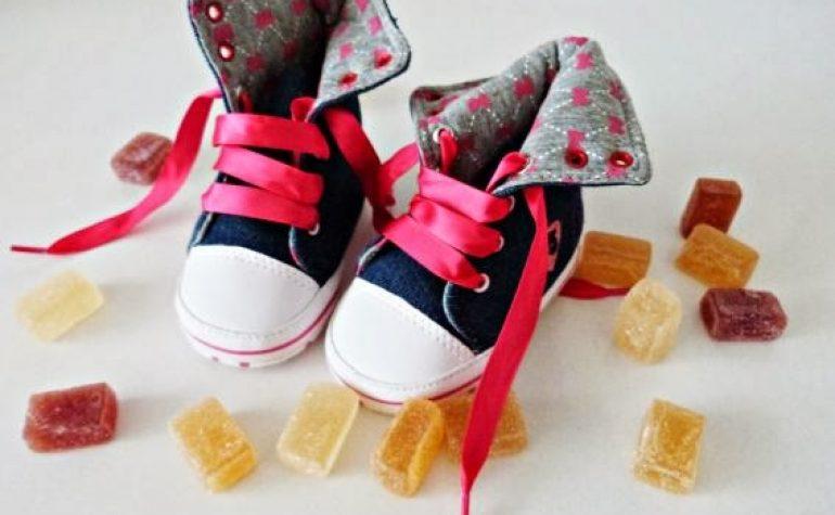 sneakers in denim e un pizzico di rosa